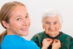 تعویض لباس سالمند