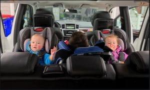 چند کودک در صندلی ماشین کودک